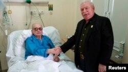 2011年9月24日华沙军事医院:波兰最后一名共产党领导人雅鲁泽尔斯基(左)和瓦文萨握手