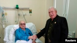 Lex Valensa (sağda) xəstəxənada Voyçex Yaruzelskini ziyarət edən zaman