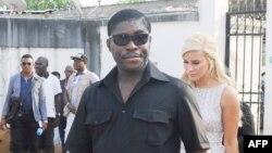 Teodorin Obiang Nguema, vice-président et fils du president Teodoro Obiang Nguema, aux côtés sa compagne danoise Christina D. Mikkelsen, ancienne miss Danemark, lors d'une distribution de jouets aux enfants défavorisés à Malabo, le 23 décembre 2014.