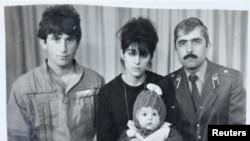 塔梅尔兰·萨纳耶夫(底排中)幼时与父亲安佐尔(左)、母亲祖贝达特和舅舅穆罕穆德·苏莱曼诺夫(右)合影。照片由苏莱曼诺夫家提供。