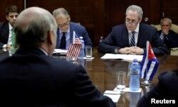 2016年10月7日,美国贸易代表弗洛曼(右二)在古巴哈瓦那会见古巴外贸部部长。