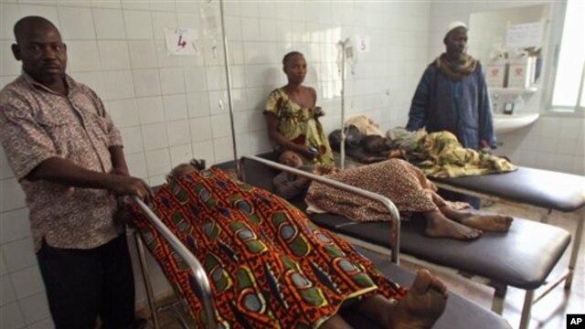 1일 아프리카 코트 디부아르 아비장 시 축제 현장에서 병원으로 후송된 부상자들과 가족들.