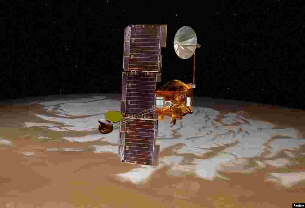Илустрација на вселенското летало Одисеј, што го носеше Кјуриозити, како прелетува над јужниот пол на Марс.
