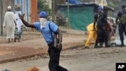 Un manifestant en Guinée (AP)