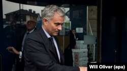 Le manager de Manchester United, Jose Mourinho, en train de quitter le tribunal du South London Employment à Croydon, dans le sud de Londres, en Grande-Bretagne, le 07 juin 2016.