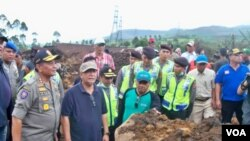 Wakil Gubernur Jawa Barat, Deddy Mizwar, saat meninjau lokasi bencana longsor, di Kampung Cibitung, Pangalengan. (VOA/R. Teja Wulan)