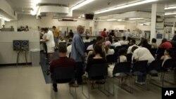 Suasana di kantor Dinas Pencatatan Kendaraan Bermotor (DMV) di Wethersfield , Connecticut (Foto: dok). Dinas Pencatatan Kendaraan Bermotor (DMV) California akan mulai menerima surat-surat lamaran bagi SIM baru, hari Jumat (2/1).
