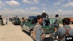Cảnh sát Afghanistan trên con đường dẫn tới căn cứ không quân Mỹ ở Bagram, 50 km về phía bắc Kabul, ngày 19 tháng 5, 2010