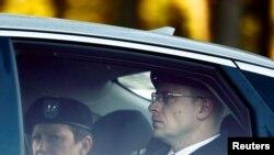 贝格达尔(右)在针对他的军事法庭量刑听证的第八天抵达位于北卡州布拉格堡的法庭。(2017年11月3日)