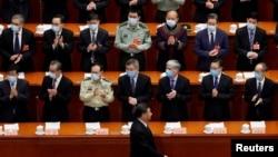Presiden China Xi Jinping melewati deretan para pejabat yang mengenakan masker untuk mencegah penularan Covid-19 saat membuka Konferensi Permusyawaratan Politik Rakyat China, di Beijing, China, 21 Mei 2020. (Foto: Reuters)