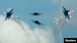 Pesawat jet tempur Rusia, Sukhoi Su-27 melakukan atraksi di atas kota Ryazan, Rusia (foto: ilustrasi).