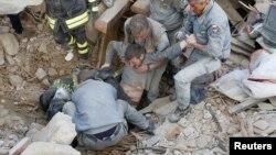 از زیر آوار صدای کسانی شنیده می شود که زنده مانده اند و کمک می طلبند