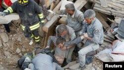 2016年8月24日救援人员从意大利中部的地震中找到一名幸存者。