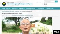 夏威夷州紧急事务管理局局长维恩·米亚吉在电视上向当地民众进行防止核攻击的教育。