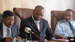 Vice-Governador do Namibe, Alcides Gomes Canral (esq.), procurador-geral provincial, Herculano Chilanda (cen) e Juíz Militar