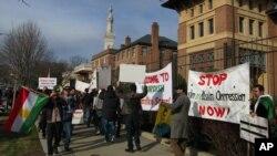 Kurdên ku li Washingtonê dijîn, li pêş Balyozxaneya Tirkîyê êrîşên Şirnêxê protesto dikin.