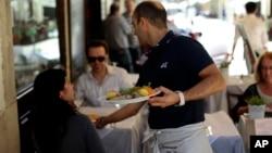 Los meseros también reclaman que los restaurantes aumenten el precio de sus horas de trabajo, ya que muchos de ellos sobreviven gracias a las propinas.
