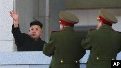 북한 군 지도부의 박수를 받은 김정은 제1위원장. (자료사진)
