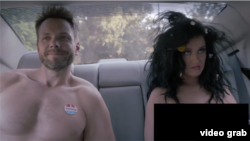 در ویدئوی کتی پری، او برهنه برای رای دادن رفته و توسط پلیس بازداشت می شود.