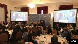 美国官员、学者及国际媒体2020年1月11日在台湾驻美代表处举办的观选活动中聆听台湾总统蔡英文胜选演说(美国之音锺辰芳拍摄)