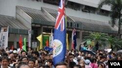多位遊行人士高舉港英旗幟
