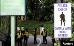 미북정상회담을 하루 앞둔 11일 회담 장소인 센토사 섬 카펠라 호텔 앞에서 싱가포르 경찰들이 출입을 통제하고 있다.