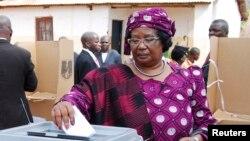 Presiden petahana Malawi Joyce Banda saat memberikan suaranya di distrik asalnya, Malemia (20/5). (Reuters/Eldson Chagara)