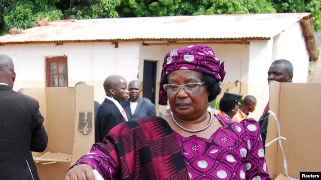 Incumbent Malawian President Joyce Banda votes in her home district of Malemia May 20, 2014