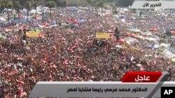 حامیان محمد مرسی با اعلام خبر پیروزی او در میدان تحریر شادی کردند و هلهله سردادند