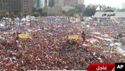 支持穆尔西的群众在开罗解放广场上欢呼庆祝