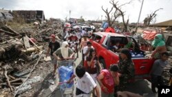 Những người sống sót chật vật tìm thực phẩm và nước uống ở thành phố Tacloban, tỉnh Leyte, miền Trung Philippines, ngày 11/11/2013.