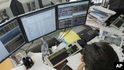 巴黎一家银行的交易人员周三紧盯着自己的电脑屏幕