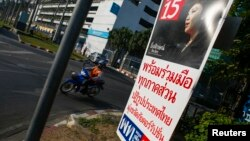 Poster kampanye pemilu bergambar PM Yingluck Shinawatra dari partai yang berkuasa, Pheu Thai, di pusat kota Bangkok, 3 Januari 2014 (Foto: dok). Partai politik yang berkuasa di Thailand mempertanyakan alasan pengambilan keputusan penundaan pemilu dini, Sabtu (25/1).