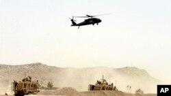 ເຮືອບິນເຮລິບຄອບເຕີທະຫານຂອງສະຫະລັດບິນເວີ່ນເພື່ອກວດເບິ່ງ ບ່ອນທີ່ມີການໂຈມຕີລະເບີດສະຫລະຊີບຕໍ່ຂະບວນລົດຂອງເນໂຕຢູ່ແຂວງ Kandahar,ທາງພາກໃຕ້ຂອງອັຟການິສຖານໃນວັນທີ 2 ສິງຫາ, 2017 ທີ່ເຮັດໃຫ້ຢ່າງໜ້ອຍ 4 ຄົນເສຍຊີວິດນັ້ນ.