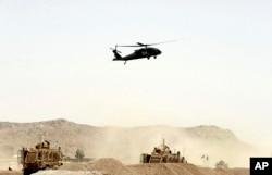 Arhiva - Američki vojni helikopter leti iznad mesta napada bombaša-samoubice na NATO konvoj u Kandaharu, južno od Kabula, Avganistan, 2. avgust 2017.