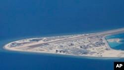 中國在南中國海主權有爭議的渚碧礁上人工建島(美聯社2017年4月17日攝)