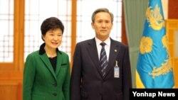 한국 박근혜 대통령이 22일 오후 청와대에서 유임된 김관진 국방부 장관과 기념촬영하고 있다.