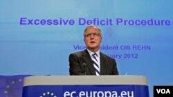 El comisionado europeo para Asuntos Económicos y Monetarios, Olli Rehn, se dirige a la prensa en la sede del organismo en Bruselas.