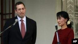 Дерек Митчел И Аунг Сан Су Чжи