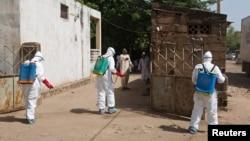 Petugas kesehatan membersihkan lokasi masjid di Bamako, Mali yang digunakan untuk memandikan seorang Imam yang diduga meninggal akibat ebola (foto: dok).