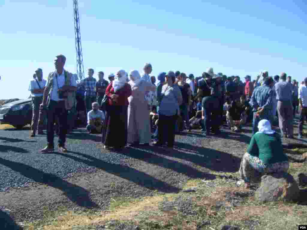 Turkish Police disperse Kurd protesters near Syria border, Monday, August 5, 2013