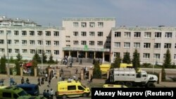 Le personnel d'urgence se déploie à l'école numéro 175 après une fusillade à Kazan, en Russie, le 11 mai 2021.