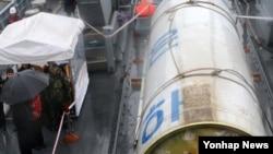 14일 인양된 북한 로켓 은하 3호의 1단 추진체로 추정되는 잔해. 해군 2함대가 인양한 로켓 잔해를 언론에 공개했다.