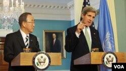 14일 미 국무부에서 공동기자회견을 가진 존 케리 미 국무장관(오른쪽)과 반기문 유엔 사무총장. (자료사진)