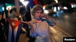 Decenas de cubanos, en su mayoría de primera generación en EE.UU., protestaron la decisión de Obama de acercarse al gobierno de los Castro.