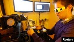 """Un estudiante de la Universidad de Tecnología de Viena opera un impresor laser 3D. Cualquier persona con un impresor 3-D y conexión con internet podrá construir a partir de esta semana el arma conocida como """"liberator""""."""
