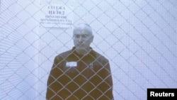 Mikhail Khodorkovsky sou yon ekran televizyon ki montre misye pandan li te ale ann apèl nan Kou Siprèm Larisi a nan Moskou, nan dat 6 zout 2013, pou l te mande redui pèn li an.