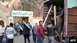 Warga Kristen Mesir mengeluarkan barang mereka dari truk ketika mengungsi di Gereja Evangelical di kota Ismailia, 24 Februari 2017.