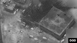 El sitio de una reunión donde estaba el alto líder de al-Qaida en al-Jinah, en Siria, es detallado después de ser golpeado por un ataque aéreo el 16 de marzo. La foto muestra lo que parece ser una mezquita intacta, junto a un edificio más grande que aparentemente sufrió múltiples daños.