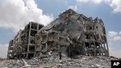 غزہ میں اسرائیلی بمباری کا نشانہ بننے والی ایک عمارت کا منظر